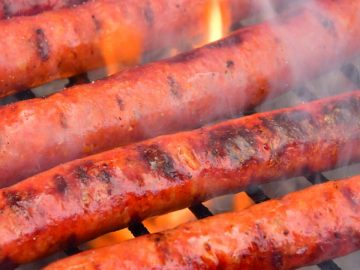 Des merguez cuites au barbecue.