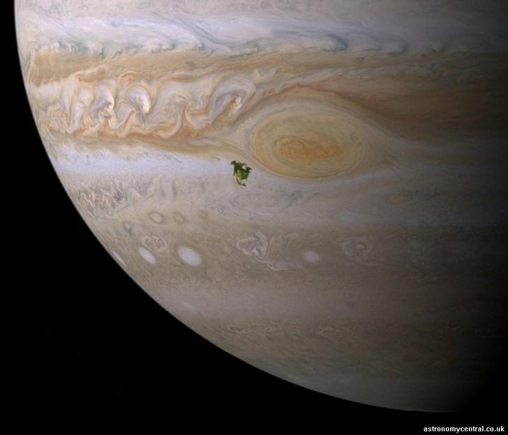 Une tâche noire au centre de Jupiter de la taille de l'Amérique du Nord sur la Terre !