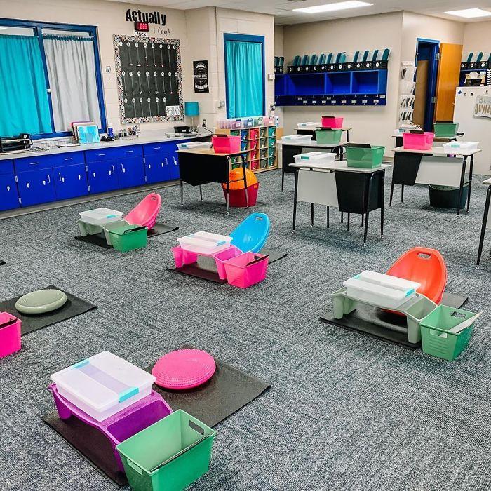 Bureaux d'école adaptés au coronavirus.