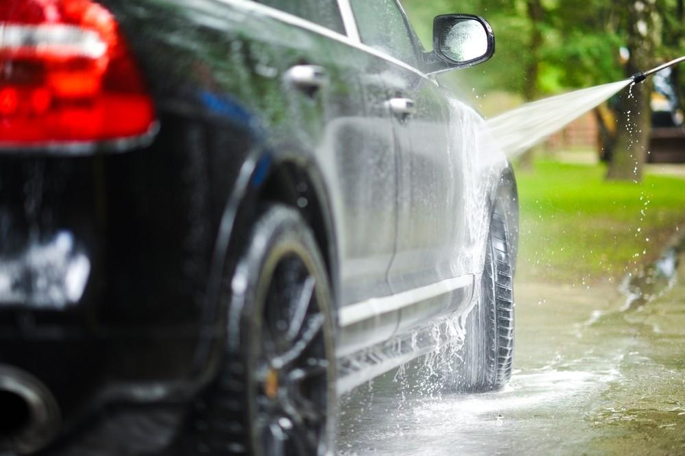 Laver sa voiture à domicile est interdit.