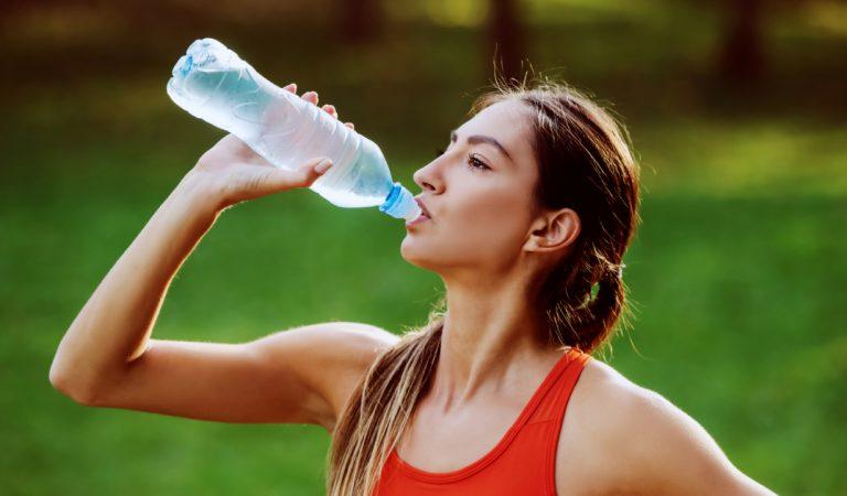 Canicule: Pourquoi est-il important de ne pas boire trop d'eau même quand il fait chaud ?