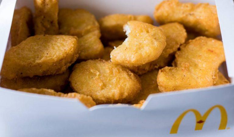 Maddie, 6 ans, s'étouffe en mangeant des nuggets McDonald's contenant « des morceaux de masques anti-covid »