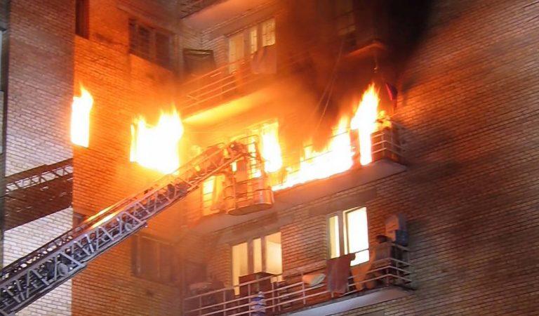 Il dessine « veux-tu m'épouser ? » avec des bougies et met le feu à leur appartement