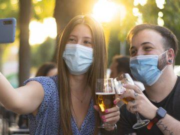 Des jeunes portant un masque contre le coronavirus.