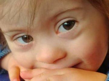 La petite Louise, atteinte de trisomie 21 et refusée d'un club pour enfants au camping à cause de son handicap.