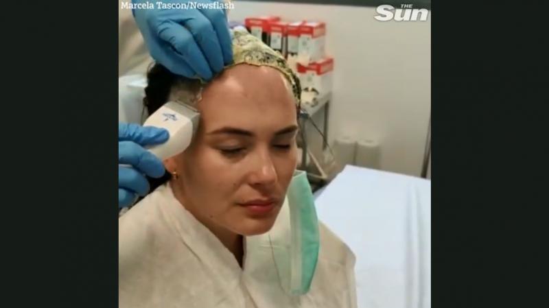 Marcela Tascon en train de se raser la tête.