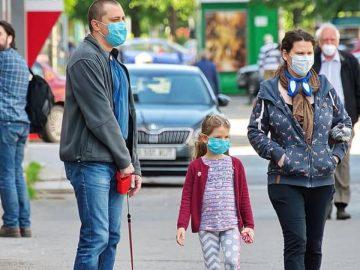 Les passants obligés de porter un masque contre le coronavirus dans les rues de Paris.