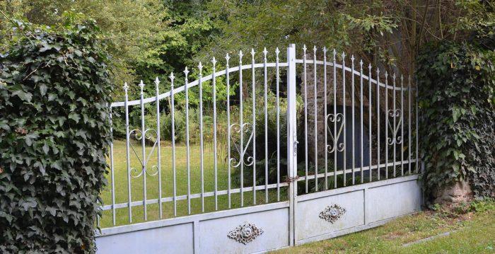 Loire : le portail de 150 kg en fer forgé disparaît en pleine nuit, le couple ne s'aperçoit de rien