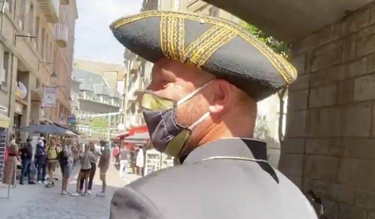A Saint-Malo, un crieur de rue rappelle l'obligation de porter le masque en extérieur (vidéo)