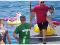 Une fillette sur sa bouée licorne sauvée par un ferry en Grèce.