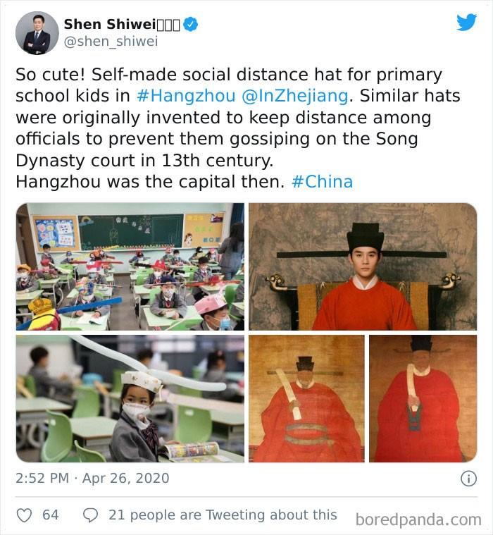 Des écoliers chinois avec un chapeau ancestral pour respecter la distanciation sociale.
