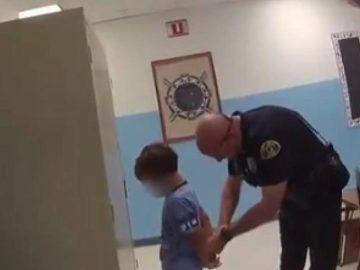 Un policier britannique menotte un enfant de 8 ans.
