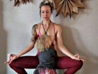 Carlee Benear allaite en faisant du yoga.