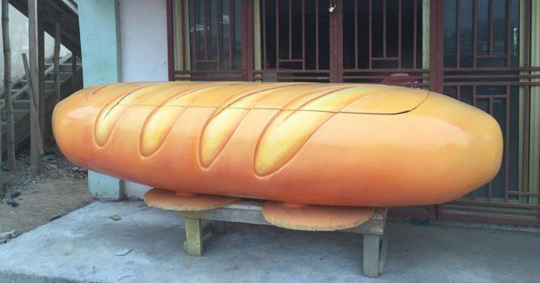 Un cercueil original en forme de baguette de pain.