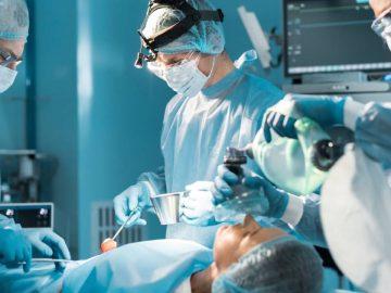 Des médecins retirent une masse de cheveux dans le ventre d'une ado.