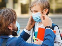 En France, des écoles ferment à cause du coronavirus.