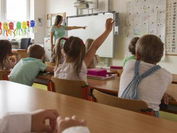 Un instituteur condamné pour avoir craché et pété dans la bouche de ses élèves.