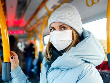 Une jeune femme avec un masque contre le coronavirus.