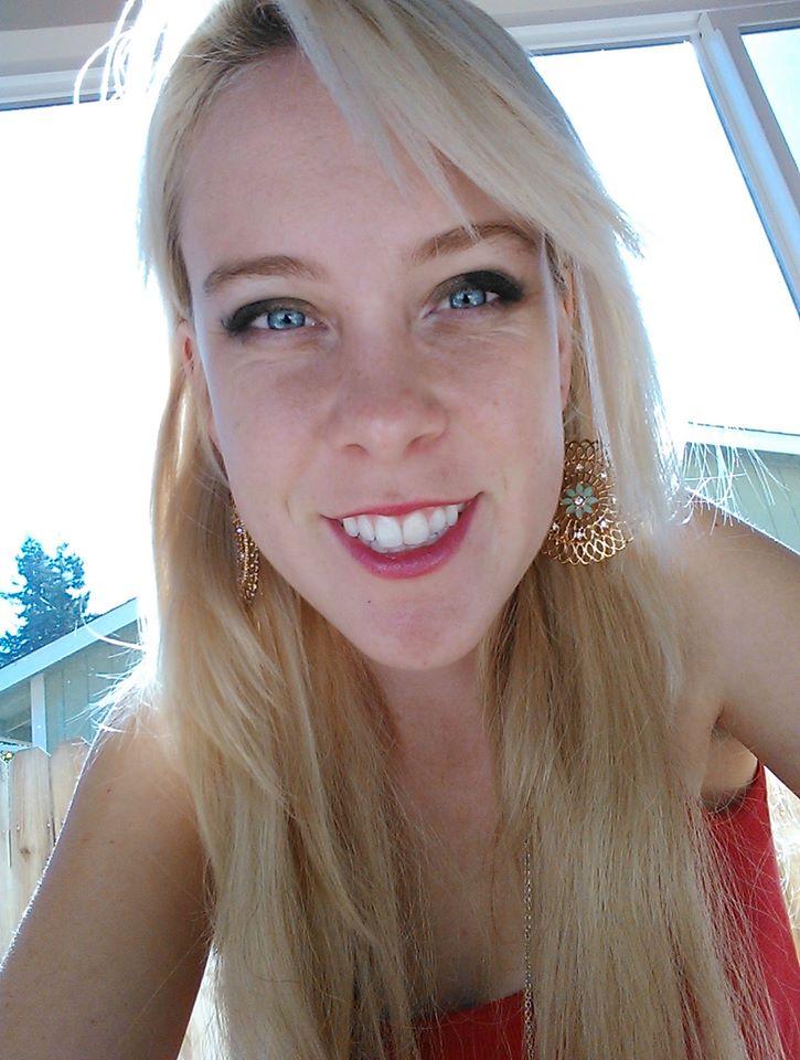 Justine a subi une opération d'orthodontie pour aligner ses dents.