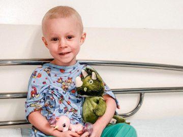 Une petite fille atteinte d'un cancer guérit.