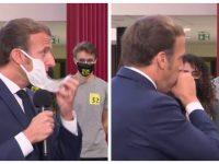 Macron pris d'une quinte de toux enlève son masque.