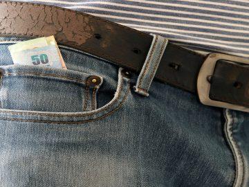 L'histoire de la mini-poche remonte à l'origine du jean popularisé par Levi Strauss