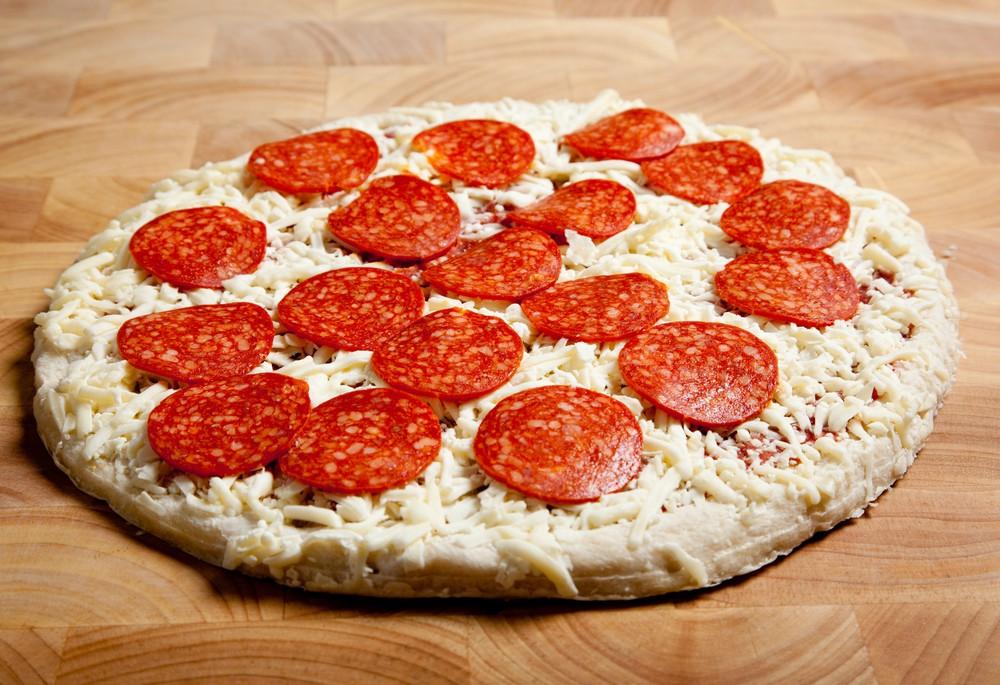 Une pizza surgelée avec du fromage.