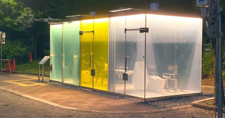 Des toilettes en verre transparent au Japon.
