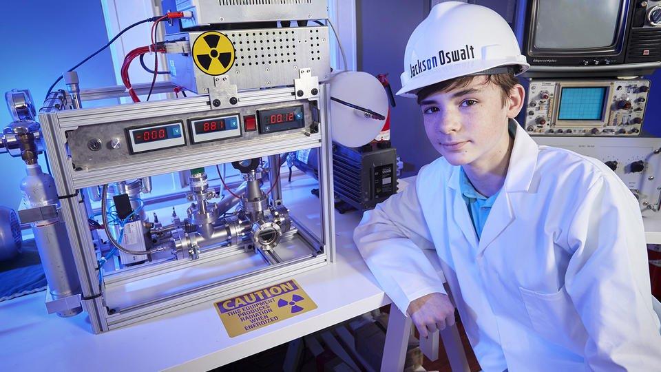 Jackson Oswalt devant son expérience atomique