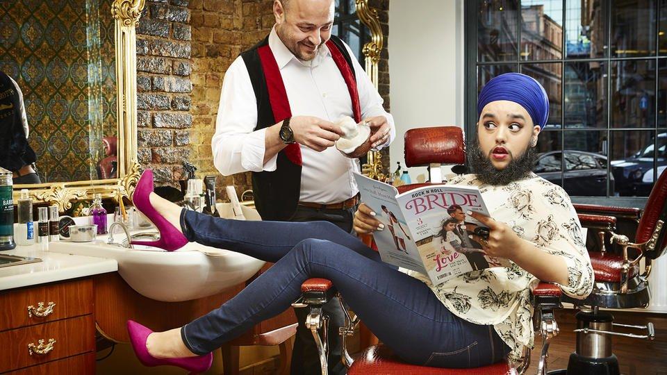 La Britannique Harnaam Kaur chez le barbier