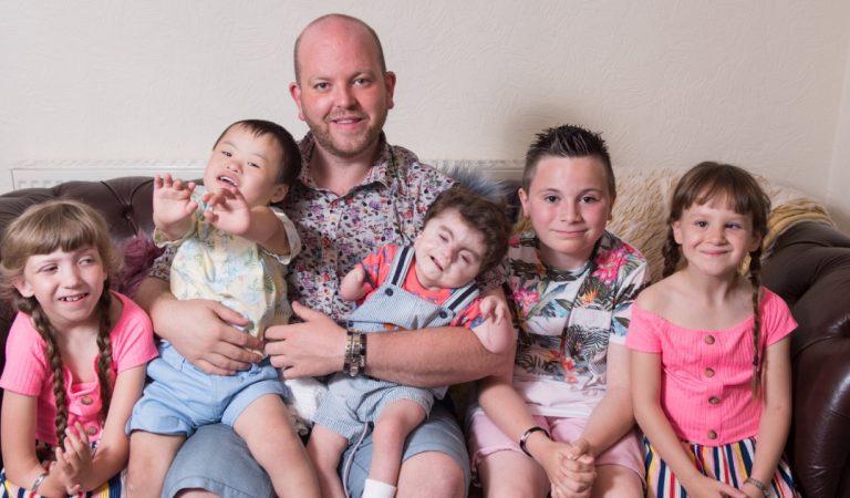 Un homme célibataire a adopté 6 enfants handicapés qu'il élève seul