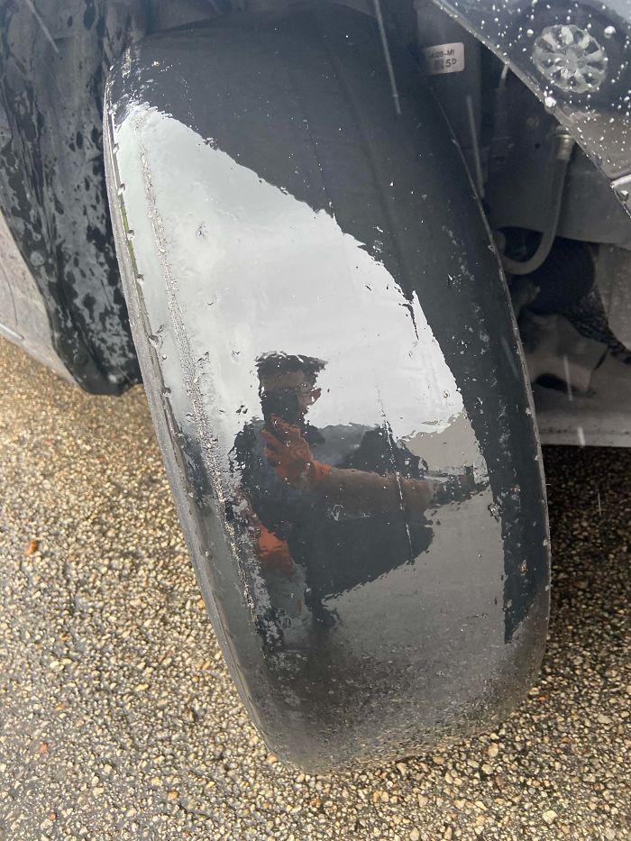 Un pneu de voiture totalement lisse.