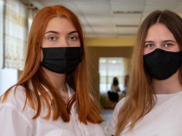 Deux lycéennes masquées.