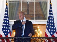 Donald Trump retire son masque sur le balcon de la Maison Blanche