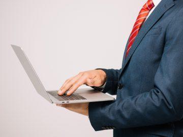 Un patron qui consulte les mails d'un salarié.