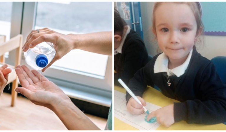 Une fillette désinfecte les mains de ses camarades de classe avec du gel lubrifiant
