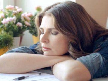 Une femme qui s'endort au travail.