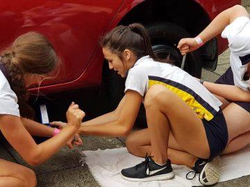 Des filles qui apprennent à changer une roue
