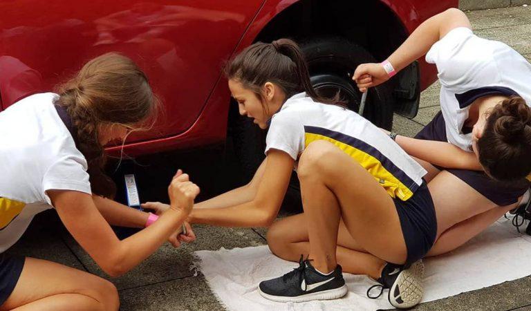 Australie : Cette école apprend aux jeunes filles à changer les roues d'une voiture et casse les préjugés