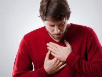Un homme avec une angine de poitrine.