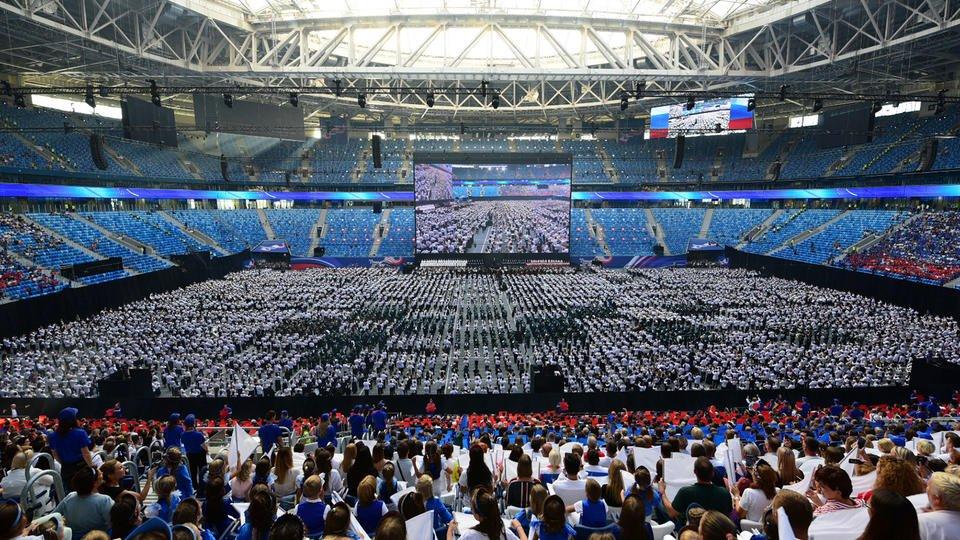 Concert de 8000 musiciens russes dans un stade de Saint-Pétersbourg
