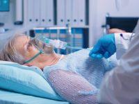Une femme sous respirateur à cause du coronavirus.