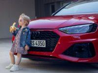 Une publicité Audi RS4 avec une petite fille mangeant une banane.