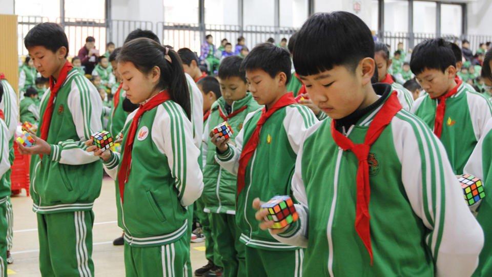Les écoliers de Chaoyan avec leur Rubik's cube