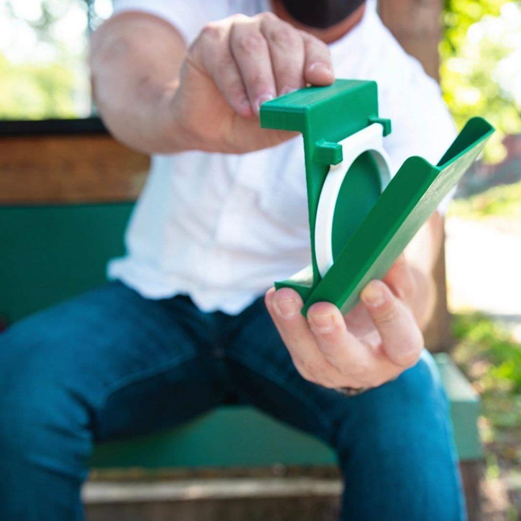 Un accessoire pour boire une boisson avec ses chaussures