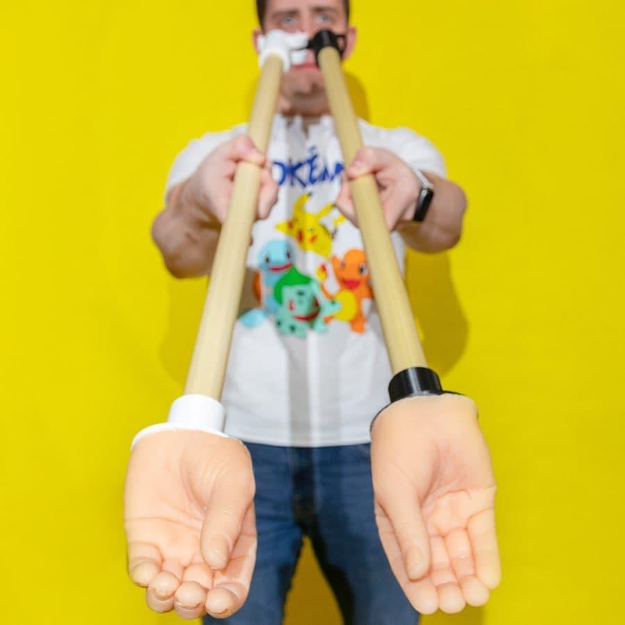Un accessoire pour serrer les mains à distance