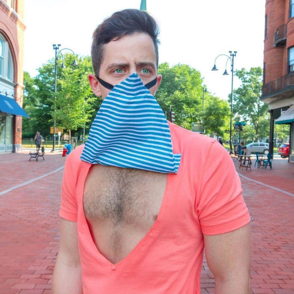Un tee-shirt qui fait office de masque