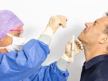 Une infirmière effectuant un test nasal.