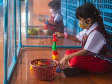 Les élèves de cette école de Bangkok placés dans des boites individuelles