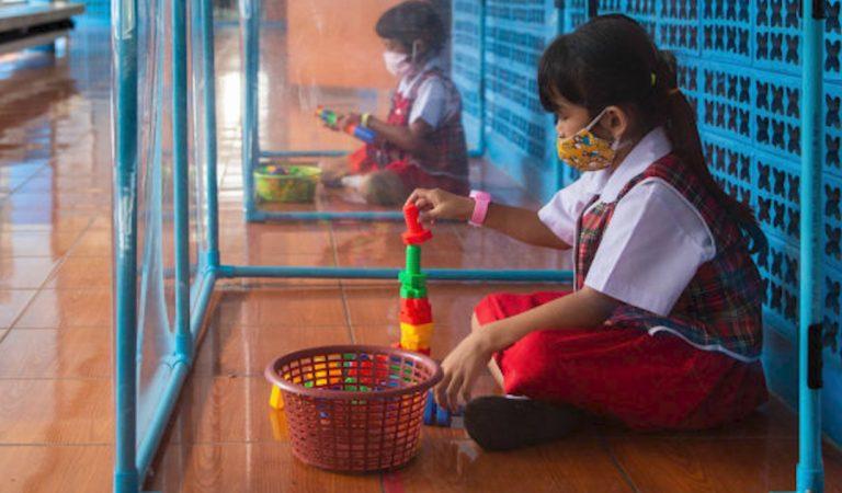 Distanciation sociale : Des élèves d'une école thaïlandaise isolés … dans des boîtes en plastique